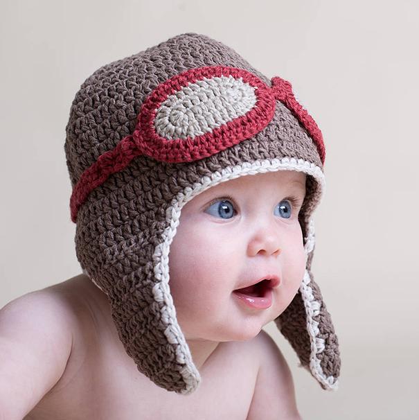 Bebé con un gorro con forma de aviador