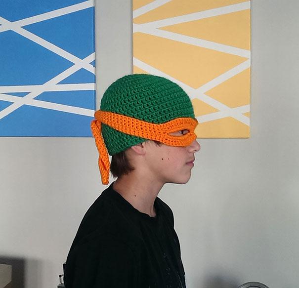 Chico con un gorro con diseño de tortuga ninja
