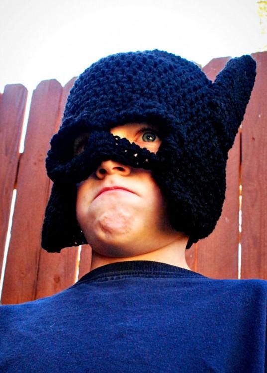Niño con un gorro de diseño de Batman