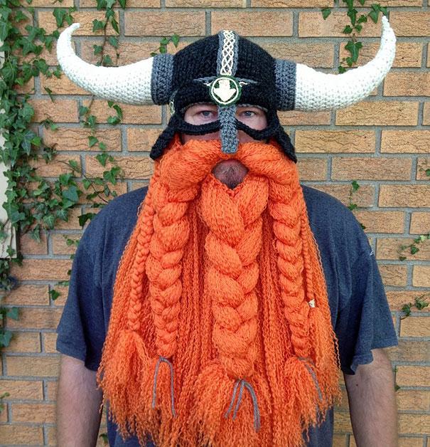 Gorro de invierno con la figura de un casco y barba de vikingo