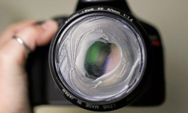 Lente de una cámara lleno de vaselina