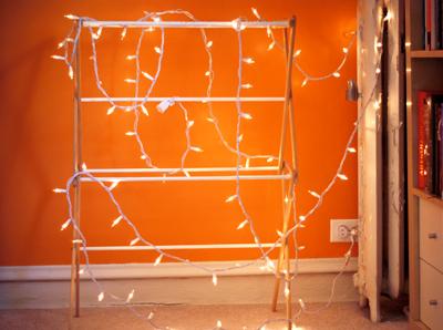 Pared en color naranja con una serie de luces