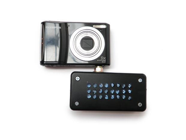 Cámara con un aparato debajo que ayuda a tener una visión nocturna