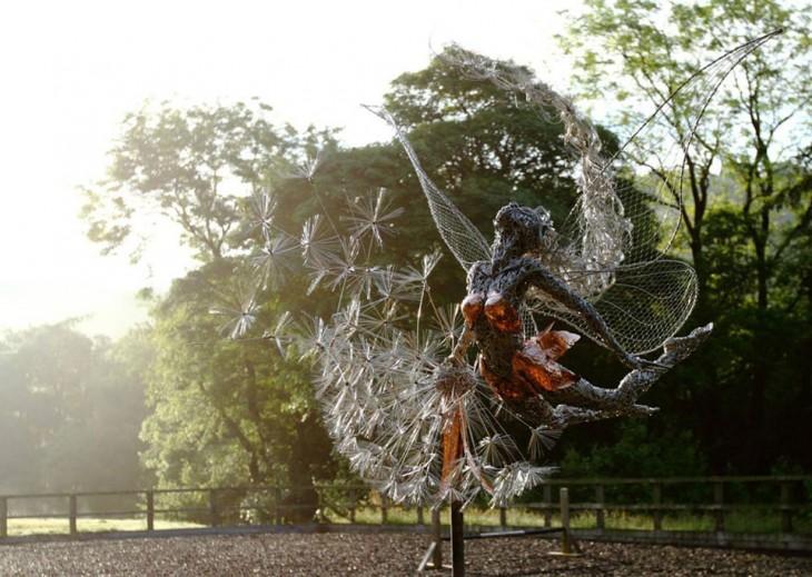 Escultura de una hada que esta doblada hacia arriba