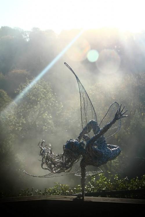Escultura de hada sostenida en una mano