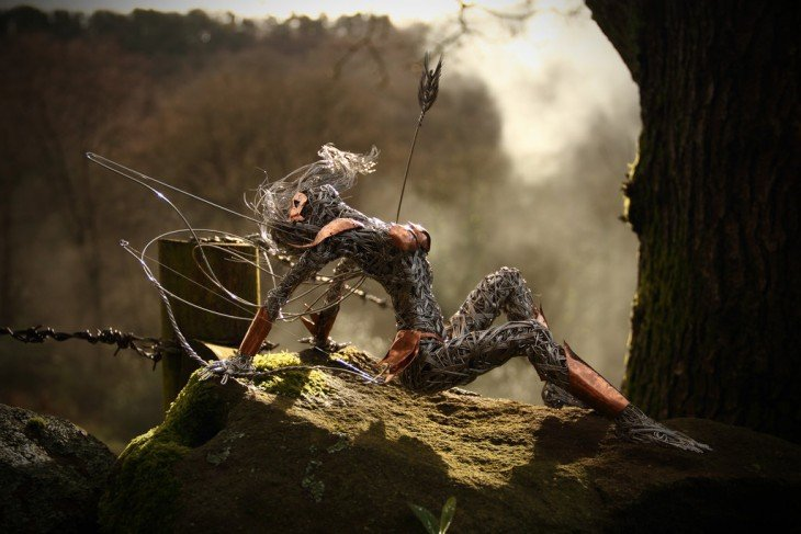 Escultura de hada que parece estar sentada sobre un árbol