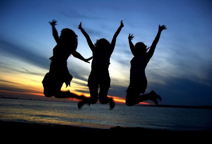 3 chicas saltando