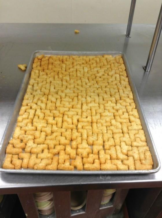 Bandeja de papas con forma de piezas de tetris completamente llena