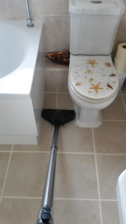 Aspiradora encaja perfecto en el espacio entre le inodoro y la bañera