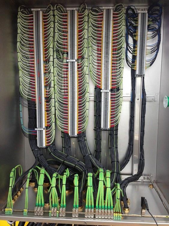 Una serie de cables perfectamente ordenadas