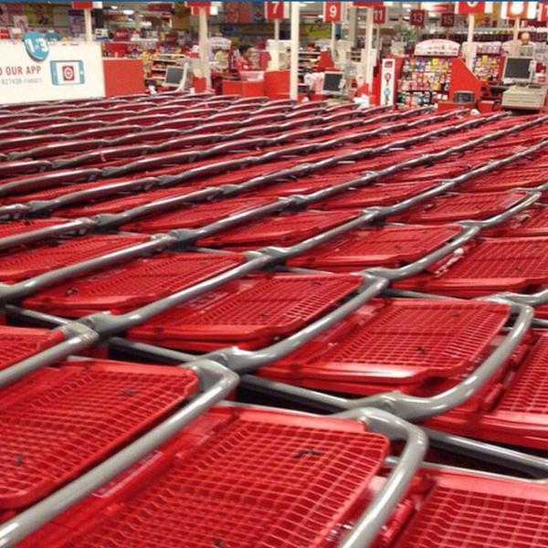Carros de supermercado ordenados y alineados perfectamente