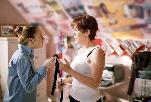Madre e hija conversando acerca de como debe vestirse