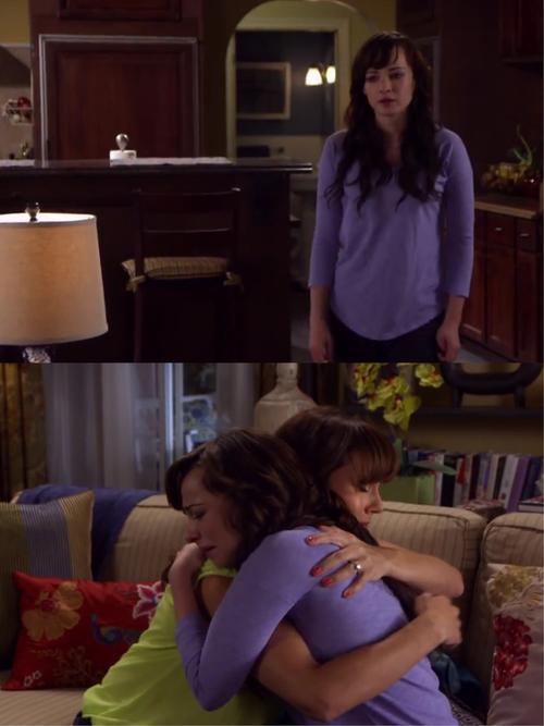 Una chica que esta sola es abrazada por su madre
