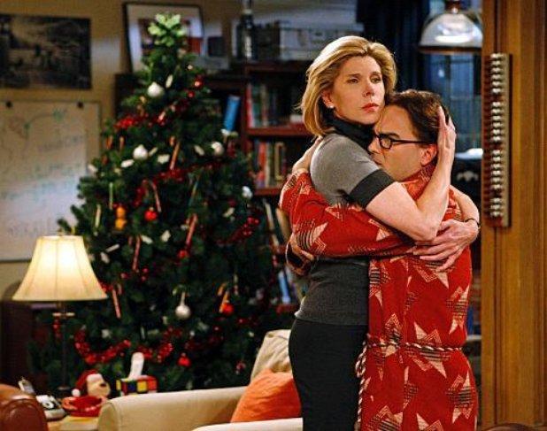 Madre abrazando a su hijo en la sala de su casa