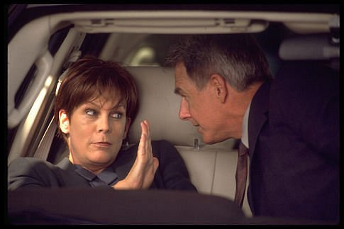 Mujer negándose a que su novio la bese dentro de un coche en la película Freaky friday