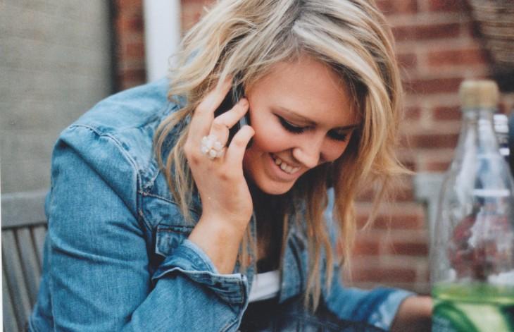 Chica feliz hablando por teléfono