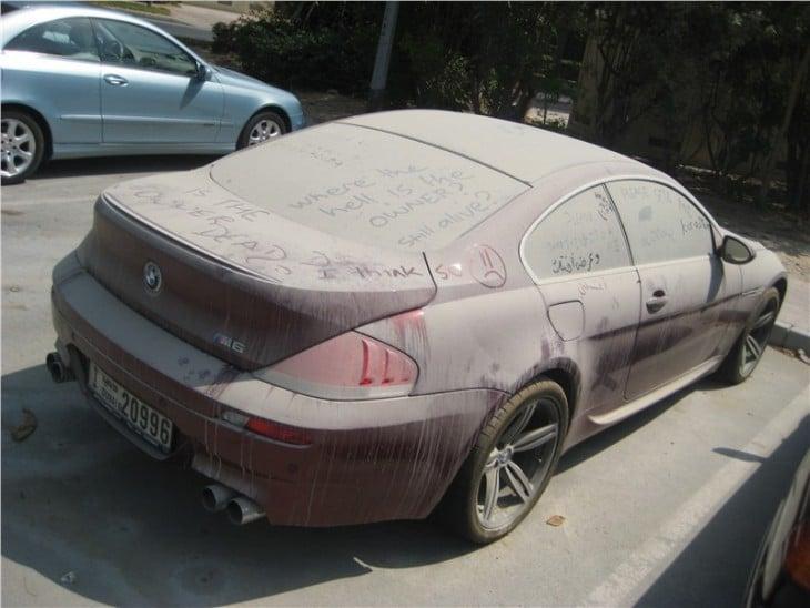 Mensajes en un carro todo sucio y lleno de tierra