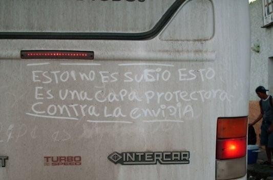 Mensaje hecho con tierra en la parte trasera de un carro