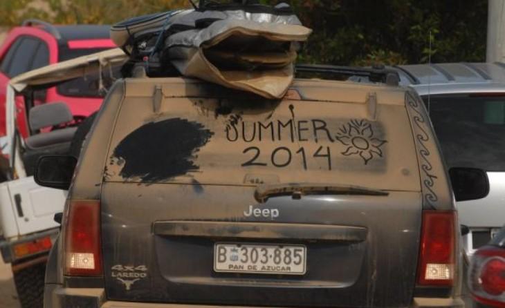 Camioneta con un mensaje en el parabrisas con la leyenda de verano 2014