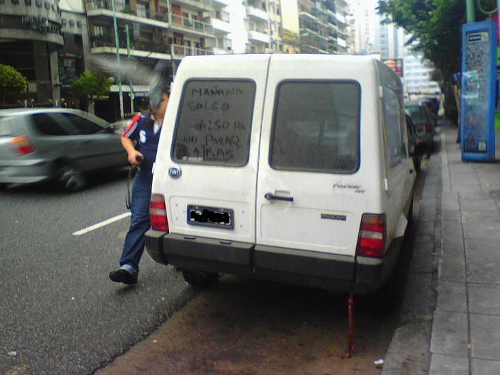 Mensaje en la parte trasera con un poco de polvo de una camioneta