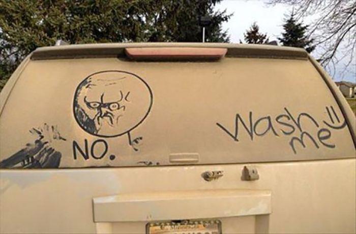 Mensaje en el parabrisas sucios de un coche