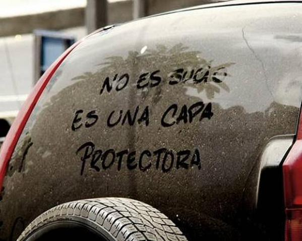 Mensaje echo en el parabrisas de la parte trasera de un coche con un poco de tierra
