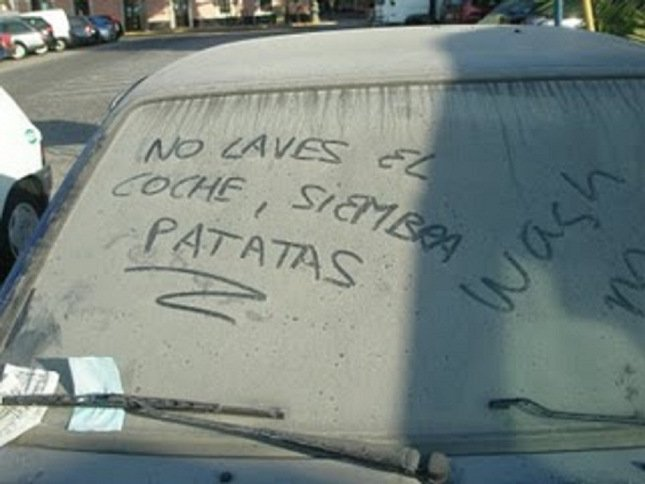 Mensajes en el parabrisas delantero hecho con tierra