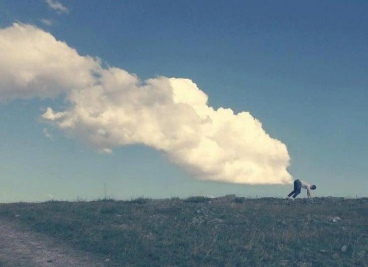 chico al aire libre, formando nubes desde su trasero