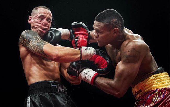 Golpe en el momento exacto de un boxeador a otro
