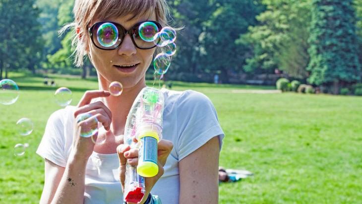 Chica dos burbujas antes sus lentes