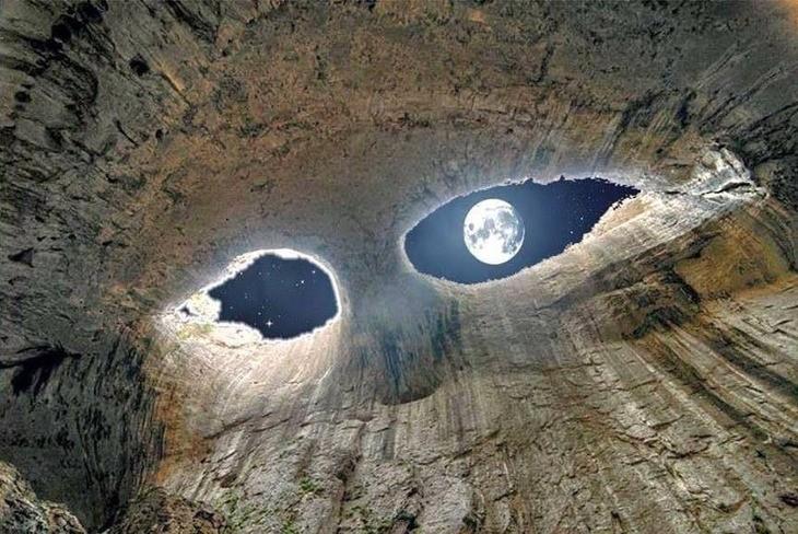 Cueva con dos orificios que simulan ser ojos y en uno de ellos esta la luna