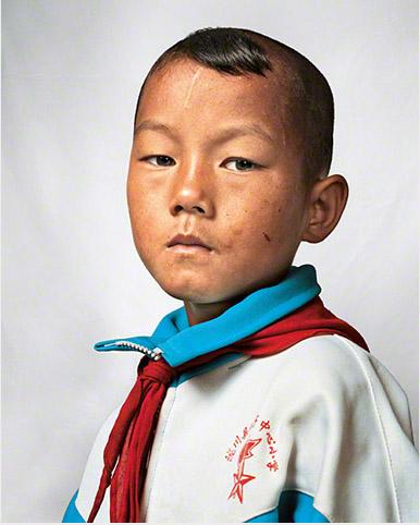 Dong niño de 9 años en China fotografía por James
