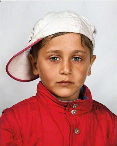 Niño de Rumania con nombre anónimo fotografía por James