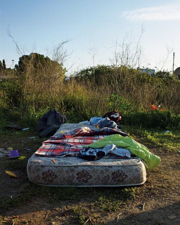 Colchón al aire libre donde duerme un chico rumano fotografía por James
