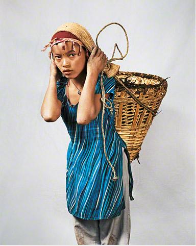 Chica de 14 años en Nepal por el fotógrafo James