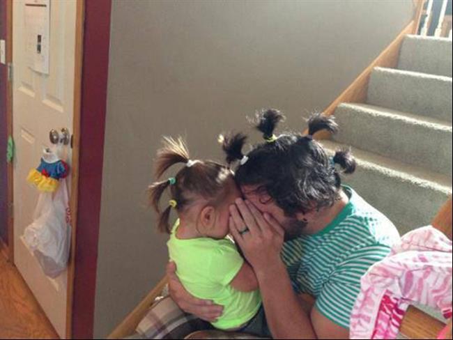Un hombre frente a su hija compartiendo el mismo peinado