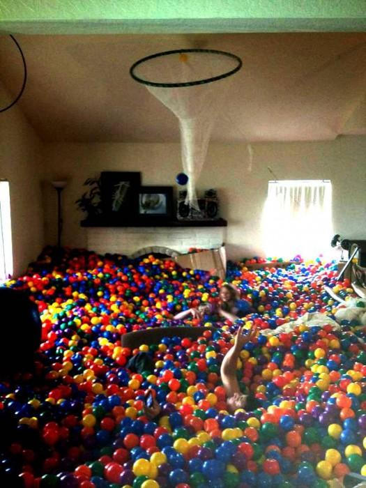 Habitación de una casa llena de pelotas