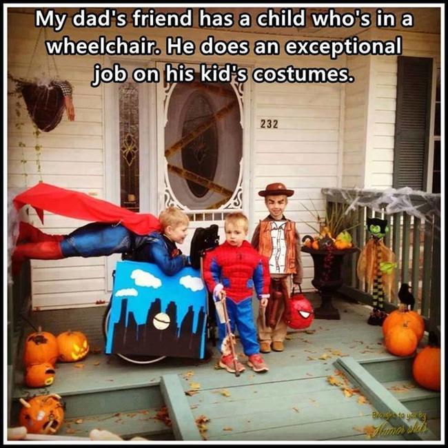 tres niños con disfraces de halloween frente a un casa