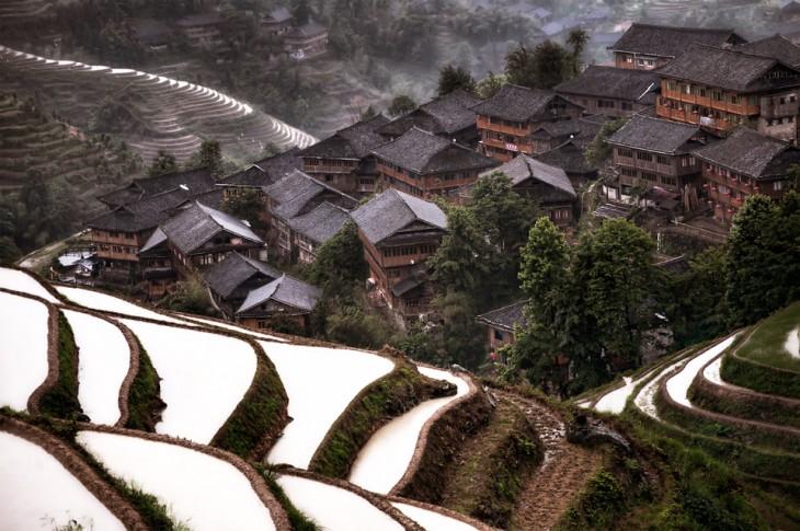 Pueblo de escondido en la montaña - Jiuzhaigou, China