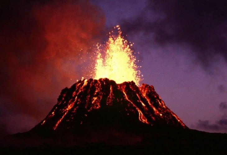 Volcán en erupción donde tres chicos sobrevivieron durante 3 días