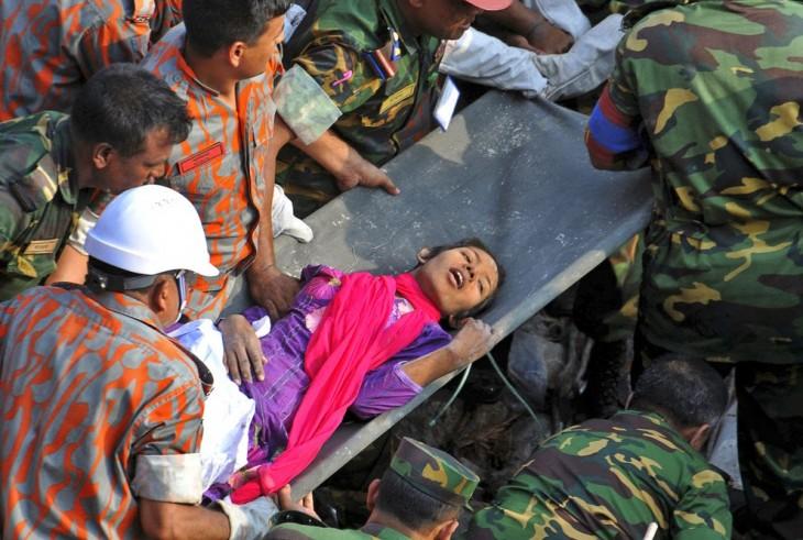 Chica rescatada debajo de los escombros de un derrumbe en una fabrica de ropa