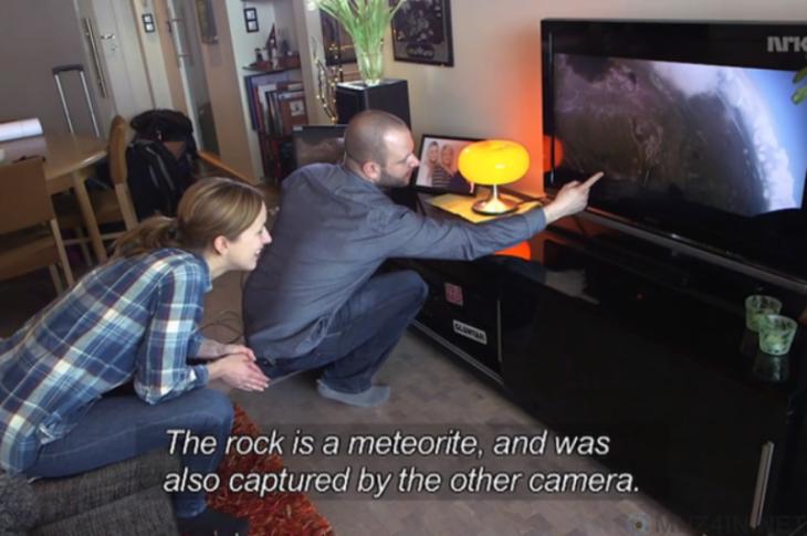 Chico mostrando el vídeo donde estuvo a punto de chocar con un meteorito