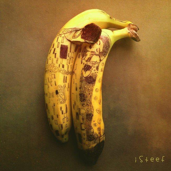Plátano con dibujos de personas simulando que se dan un beso