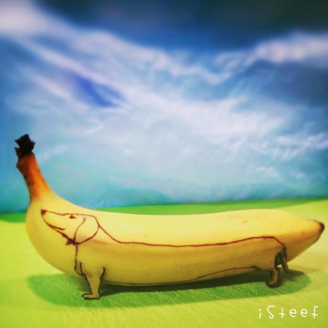 Plátano con la forma y el dibujo de un perro salchicha