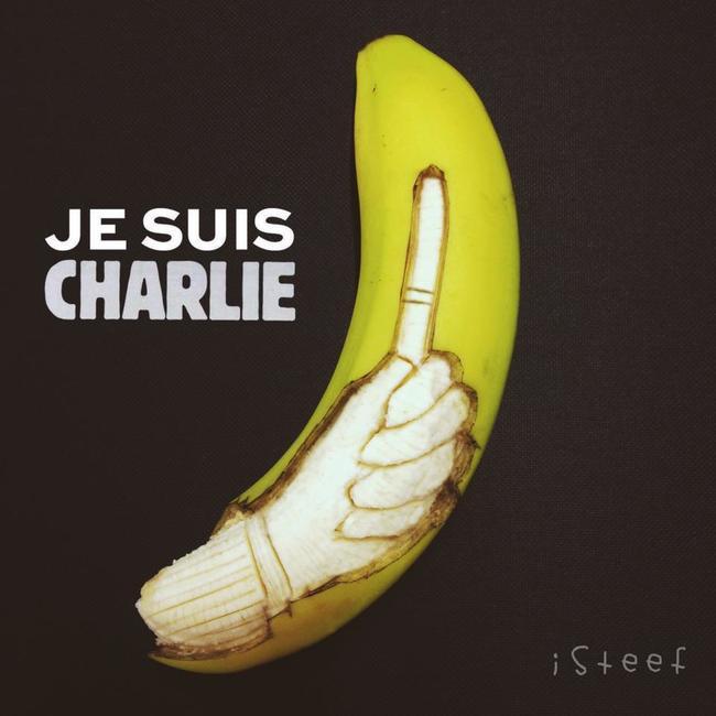 Plátano con el diseño de una mano sobre el plátano con una leyenda que dice Jesuis Charlie