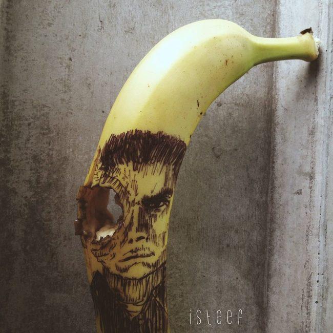 Plátano con el dibujo en la cara de un personaje y un hoyo en su ojo