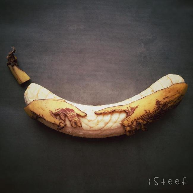 Plátano con el diseño de dos manos a punto de tocarse