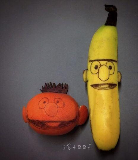 Plátano y naranja con las caras de dos personajes de plaza sésamo