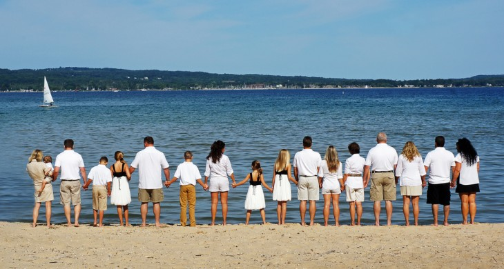 Una gran familia a la orilla del mar agarrados de la mano