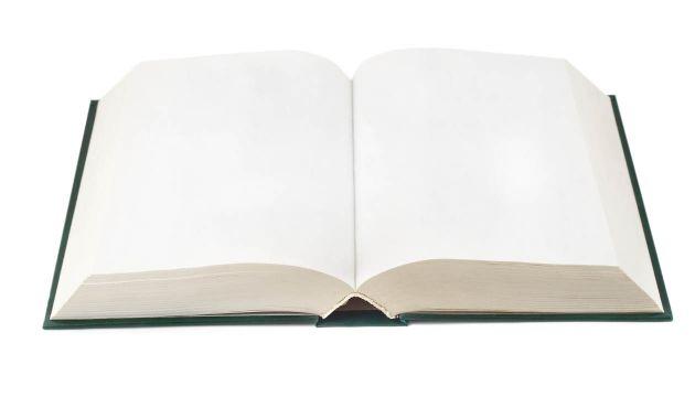 Libro con las hojas en blanco sobre una superficie blanca